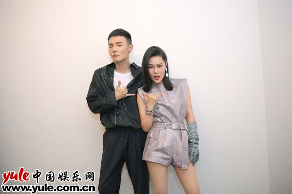 李荣浩袁娅维时髦出席潮IN盛典连唱金曲引爆深圳夜空